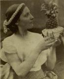 Julia Margaret Cameron, Junge Frau mit Ananas, um 1867  © Museum für Photographie Braunschweig