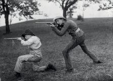 Käthe Buchler, Walther Buchler und Freund spielen Cowboy und Indianer, um 1911 © Museum für Photographie Braunschweig
