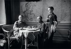Käthe Buchler, Offiziere beim Mittagessen, 1914 - 1917, Inkjet Print mit pigmentierten Tinten, Abzug 22,5 × 30 cm, Rahmen 30 × 40 cm, Auflage 10, Preis 400 €
