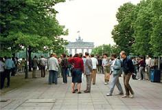 Seiichi Furuya, DDR- Bürger hören zu, während US-Präsident Ronald Reagan auf der der Westseite des Brandenburger Tors eine Rede hält. Berlin-Ost, 12. Juni 1987 C-Print, Abzug 20 × 30 cm, Rahmen 30 × 40 cm, Auflage 10, Preis 600 €